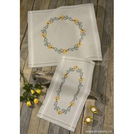 Permin, kit chemin de table imprimé roses jaunes (PE63-9966)